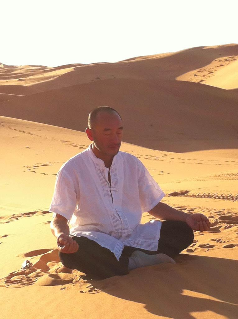 Maître Liu Deming en méditation dans le désert marocain, novembre 2017