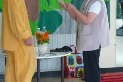 Ingrid remettant à Maître Liu un cadeau à la fin d'un stage